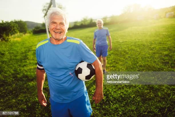retrato de sonriente, jugador del fútbol senior - the championship competición de fútbol fotografías e imágenes de stock