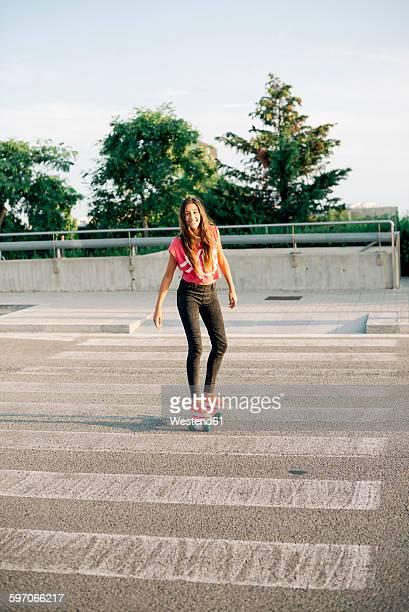 portrait of smiling skate boarder on zebra crossing - paso de cebra fotografías e imágenes de stock