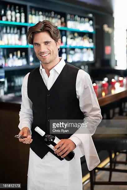 のポートレートを笑顔のソムリエがボトルワインバー
