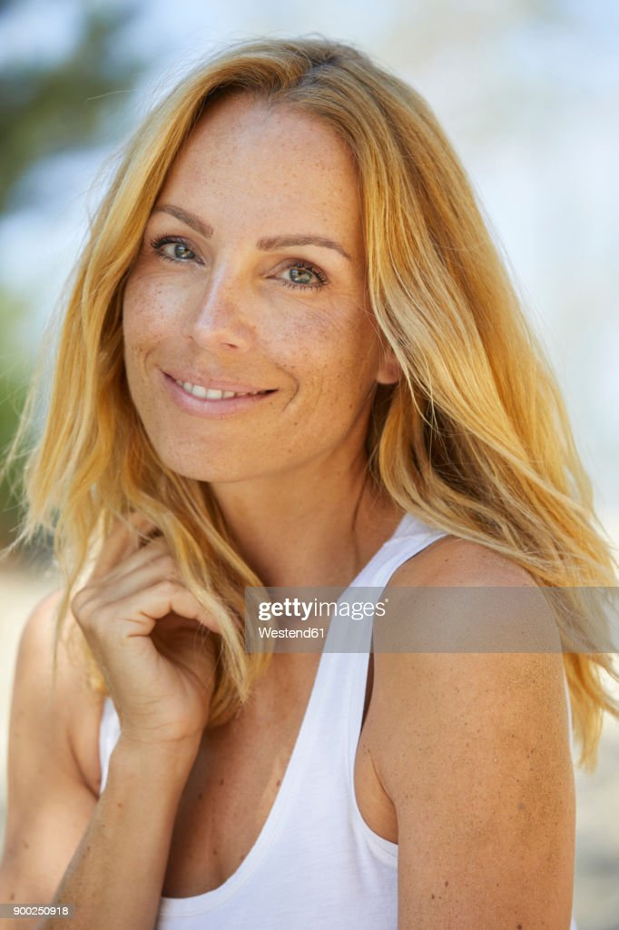Portrait of smiling strawberry blonde woman with freckles : Foto de stock