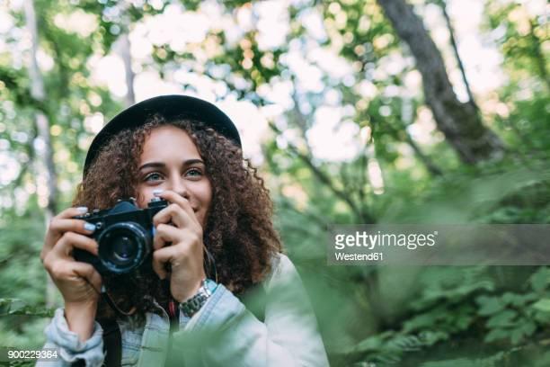 portrait of smiling teenage girl taking pictures in nature - camera girls - fotografias e filmes do acervo