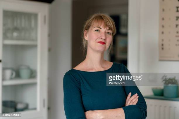 portrait of smiling woman at home - 35 39 jahre stock-fotos und bilder
