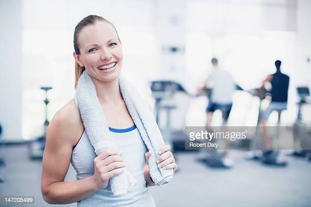 Portrait de femme souriante dans une salle de sport