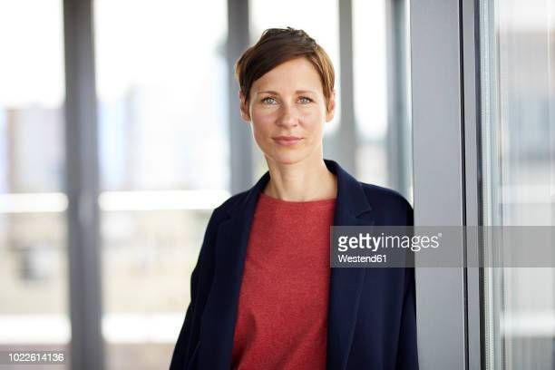 portrait of smiling woman in office - 35 39 jahre stock-fotos und bilder