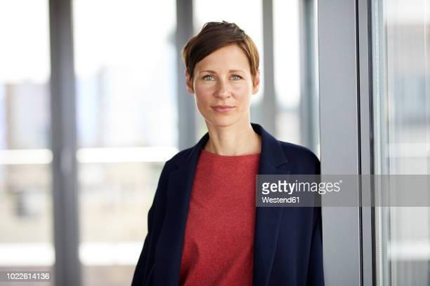 portrait of smiling woman in office - 35 39 jahre stock-fotos und bilder
