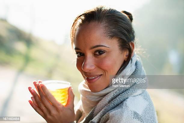 Porträt eines lächelnden Frau in Schal, trinkt cider