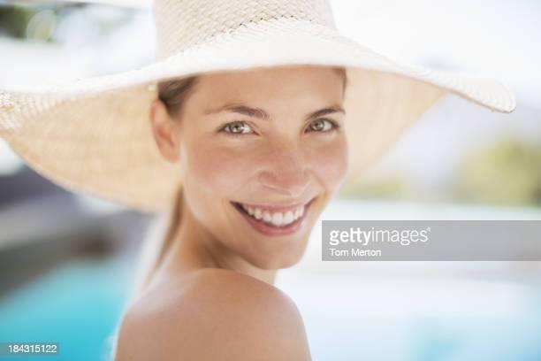 Portrait de femme souriante au chapeau de soleil