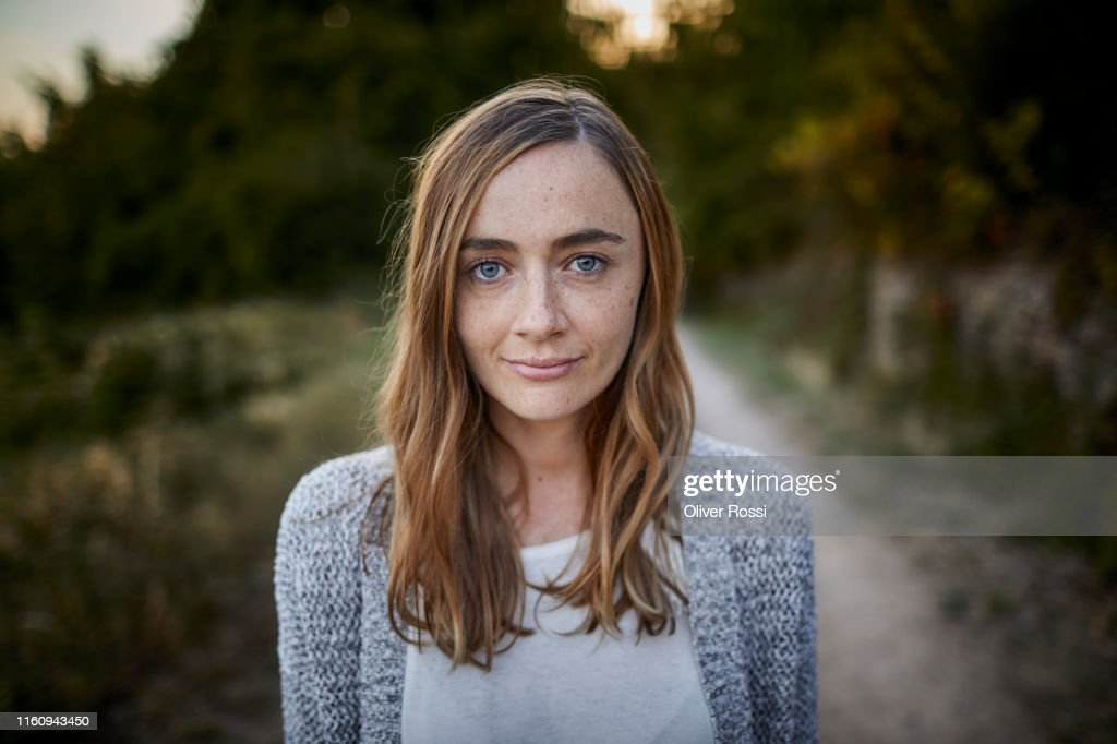 Portrait of smiling woman in the countryside : Stock-Foto