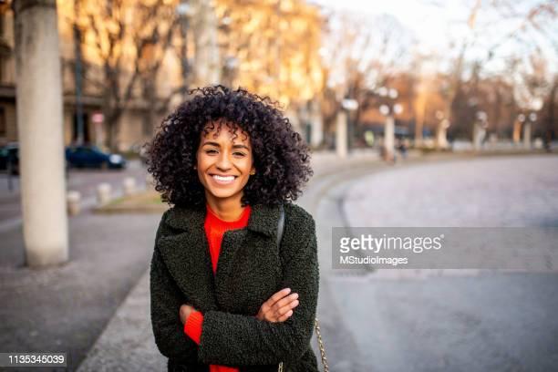 portret van glimlachende vrouw te kijken naar de camera. - 30 34 jaar stockfoto's en -beelden