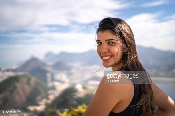 retrato da mulher de sorriso que olha sobre o ombro em rio de janeiro - olhos castanhos - fotografias e filmes do acervo