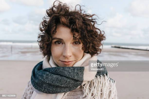 portrait of smiling woman on the beach - in den dreißigern stock-fotos und bilder