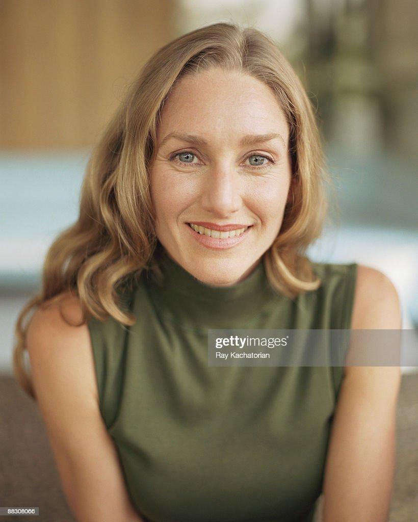 Portrait of smiling woman : Foto de stock
