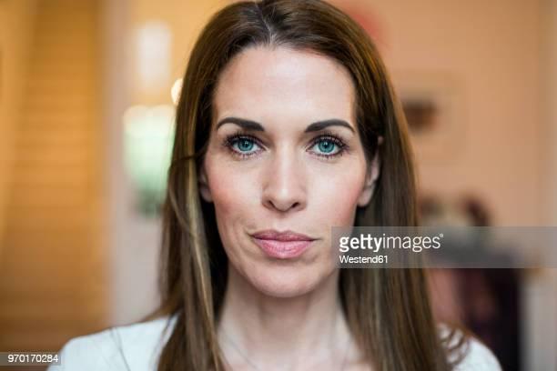 portrait of smiling woman - einzelne frau über 30 stock-fotos und bilder