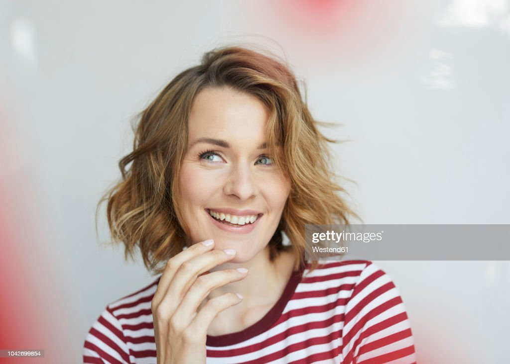 Portrait of smiling woman wearing red-white striped t-shirt : Stockfoto