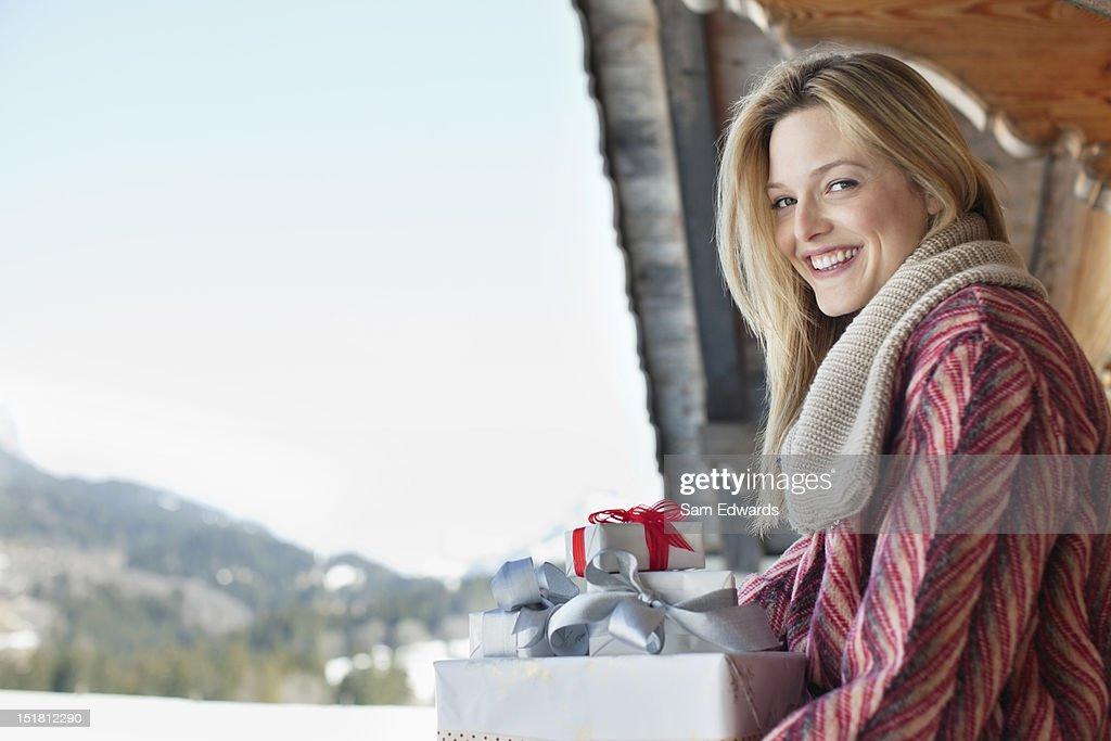 笑顔の女性のポートレート、クリスマスギフト : ストックフォト