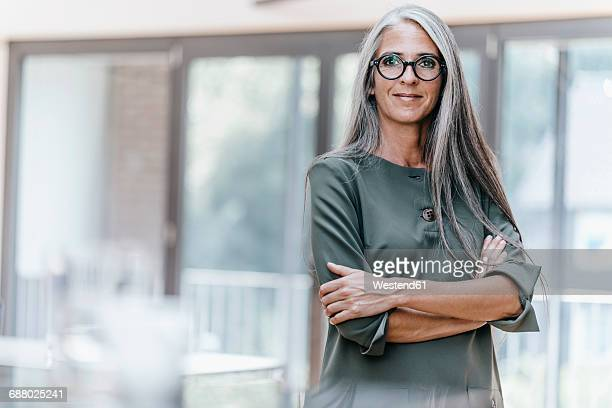 portrait of smiling woman with long grey hair - graues haar stock-fotos und bilder