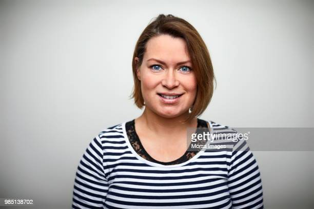 portrait of smiling woman with short hair - in den dreißigern stock-fotos und bilder