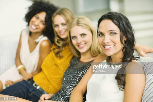 Portrait de sourire femme sur un canapé