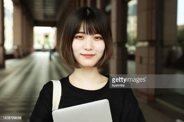笑顔の若いアジアの女性の肖像 - 20 24歳 ストックフォトと画像
