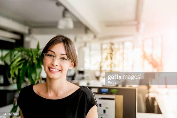 Porträt der lächelnde junge Geschäftsfrau im Büro