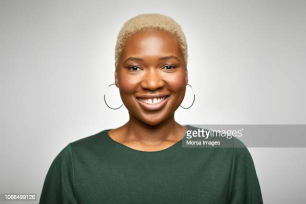 "portrait of smiling young businesswoman""n - d'origine africaine photos et images de collection"