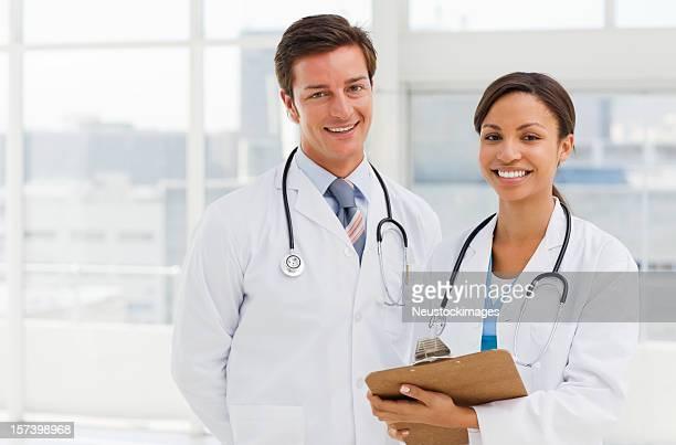 retrato de jovem sorridente médicos - duas pessoas - fotografias e filmes do acervo