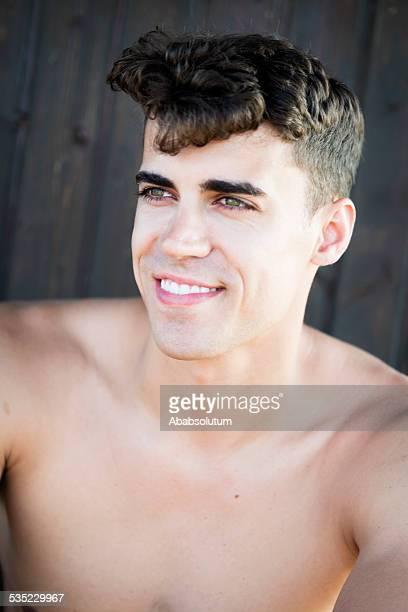 ritratto di un sorridente giovane uomo durante le vacanze estive, portorose, slovenia - ragazzi fighi nudi foto e immagini stock