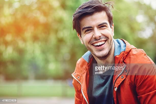 Porträt eines lächelnden jungen Mannes im Freien