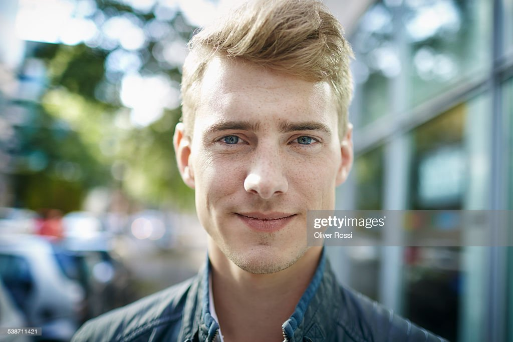 Portrait of smiling young man outdoors : Stock-Foto
