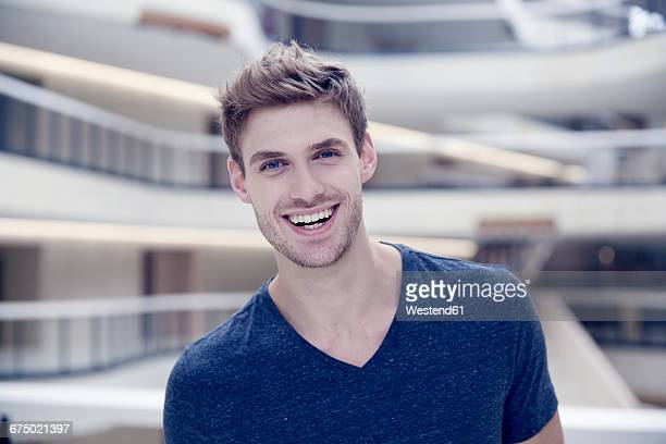 portrait of smiling young man - 25 29 jahre stock-fotos und bilder