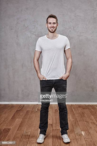 portrait of smiling young man - europese etniciteit stockfoto's en -beelden