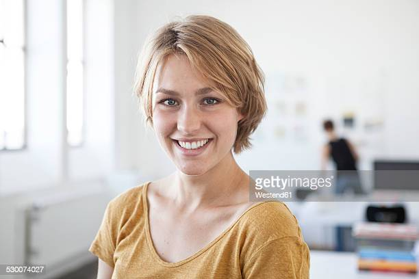 portrait of smiling young woman in a creative office - 30 34 anos imagens e fotografias de stock