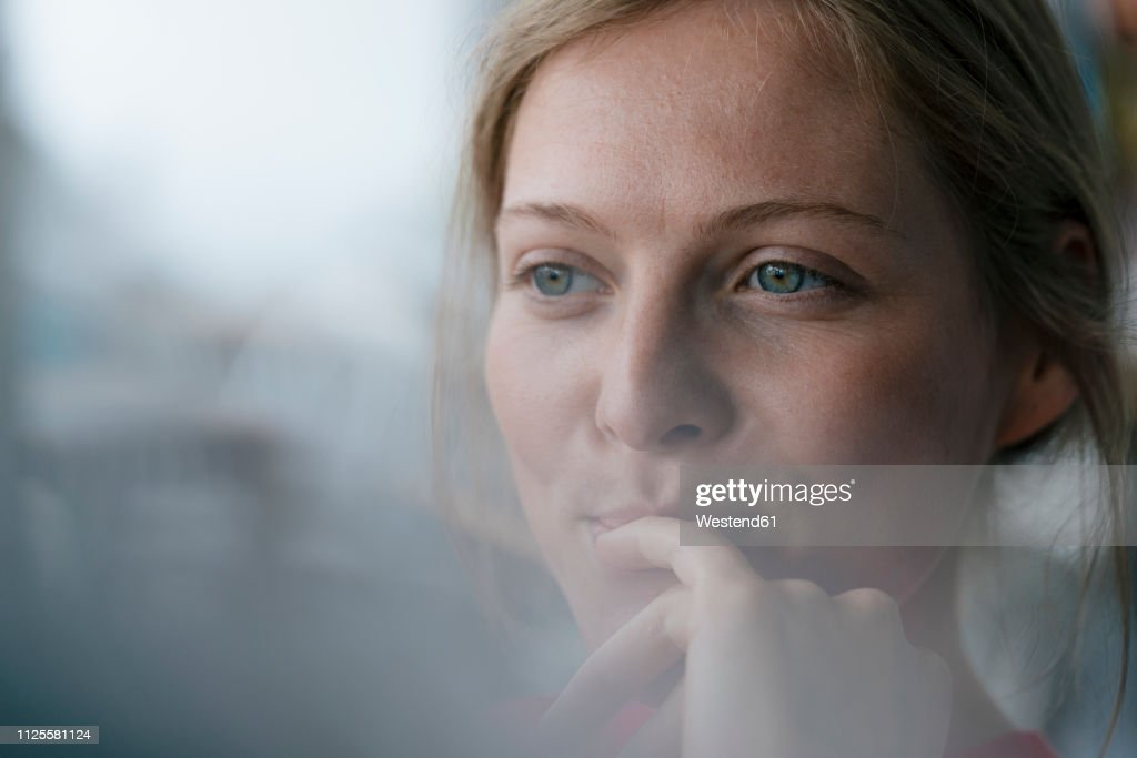 Portrait of smiling young woman looking sideways : Stockfoto