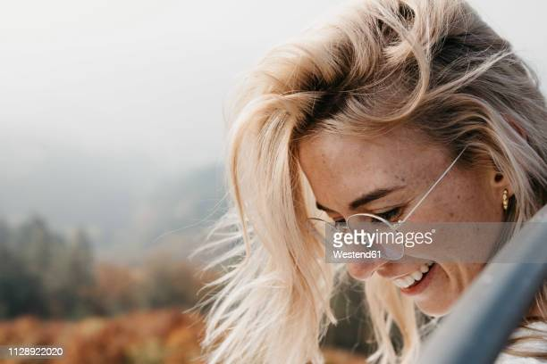 portrait of smiling young woman outdoors - ungestellt stock-fotos und bilder