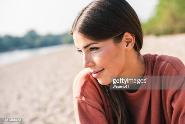 portrait of smiling young woman outdoors - solo una donna giovane foto e immagini stock