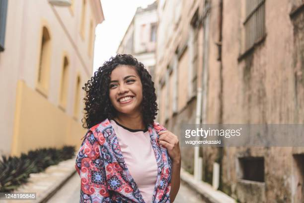 portrait of smiling young woman - medium length hair stock pictures, royalty-free photos & images