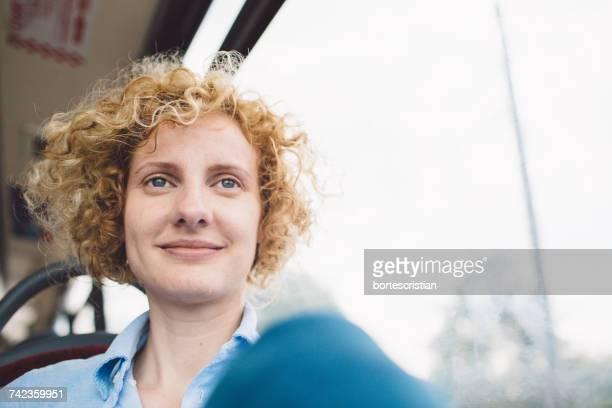portrait of smiling young woman - bortes fotografías e imágenes de stock