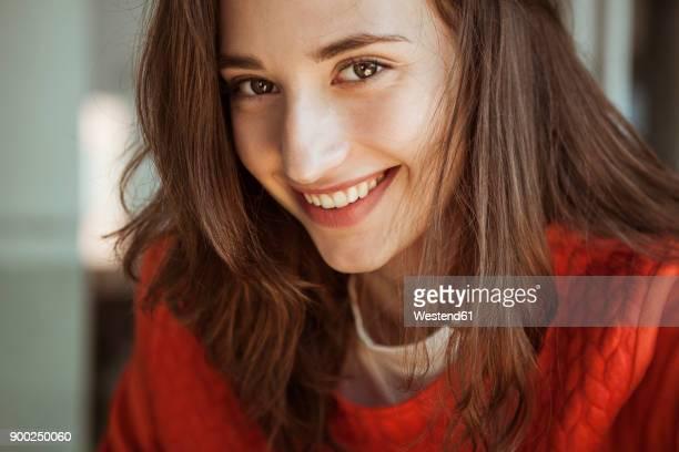 portrait of smiling young woman - 18 19 anos - fotografias e filmes do acervo