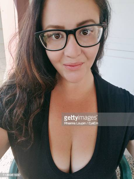 portrait of smiling young woman wearing eyeglasses - horn rimmed glasses stock pictures, royalty-free photos & images