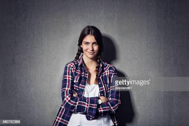 portrait of smiling young woman with braids - 18 19 jahre stock-fotos und bilder