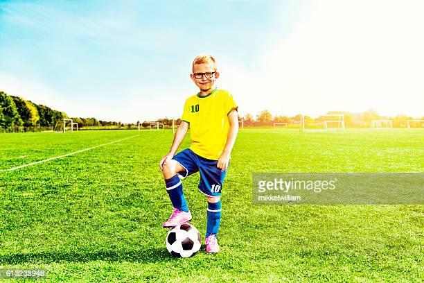 portrait of soccer boy in sports clothes with football - só um menino - fotografias e filmes do acervo