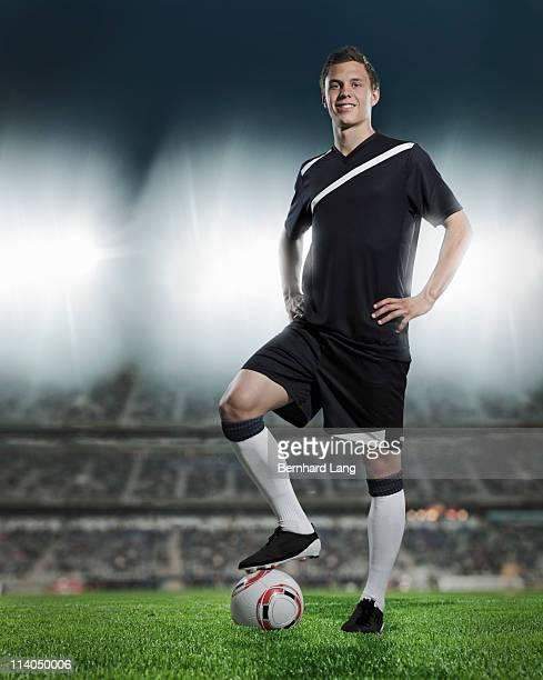 portrait of soccer player in stadium - joueur de football photos et images de collection