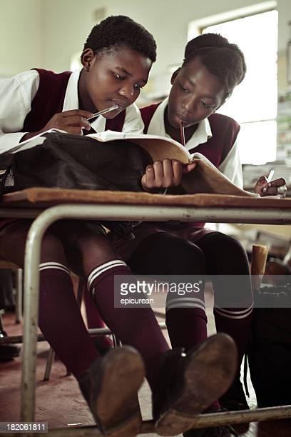 Portrait de fille étudier en Afrique du sud rural configuration salle de classe