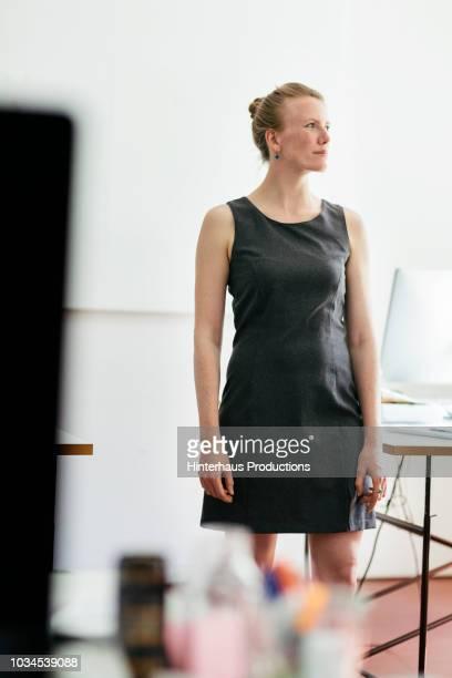 portrait of startup business owner - vestido sem manga - fotografias e filmes do acervo