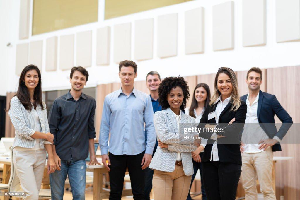 Portret van opstarten ondernemers met gekruiste armen : Stockfoto