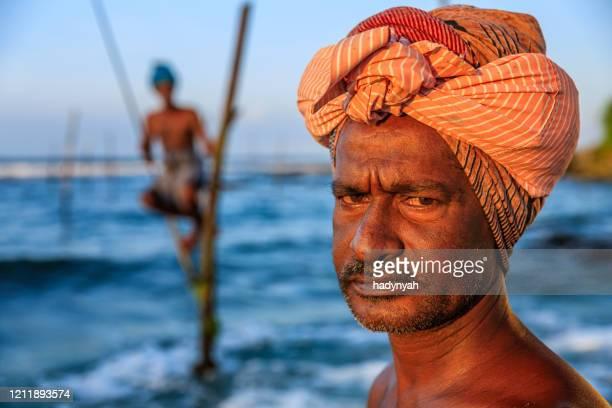 verticale de pêcheur sur pilotis, sri lanka, asie - océan indien photos et images de collection
