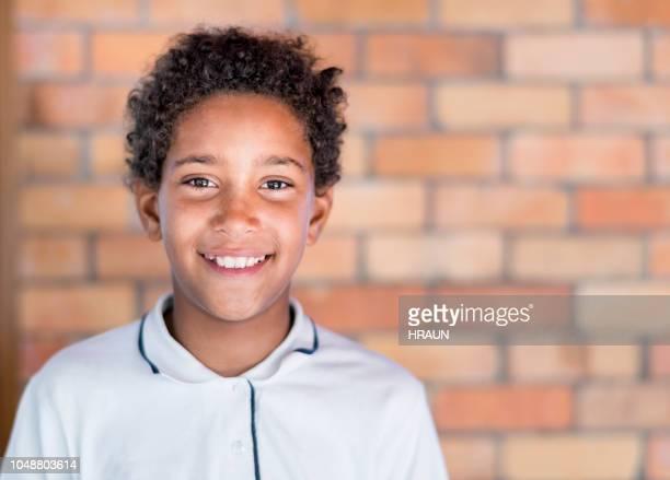 porträt eines schülers gegen mauer stehend - junior high stock-fotos und bilder