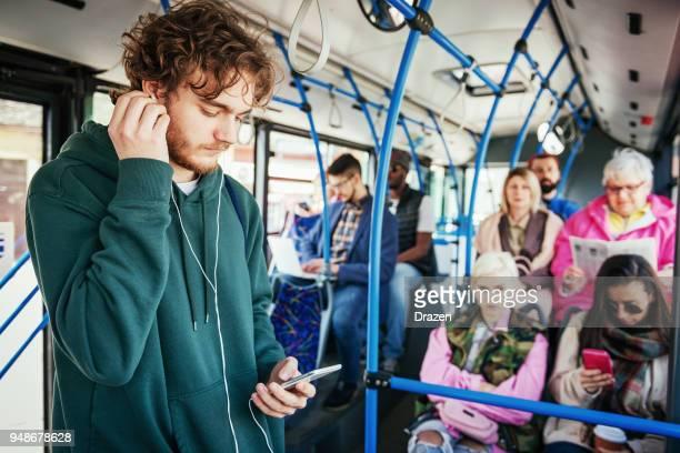 Portret van student reizen met de openbare bus en luisteren naar muziek