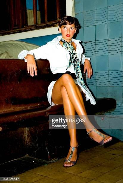 Retrato de mujer joven elegante en banco