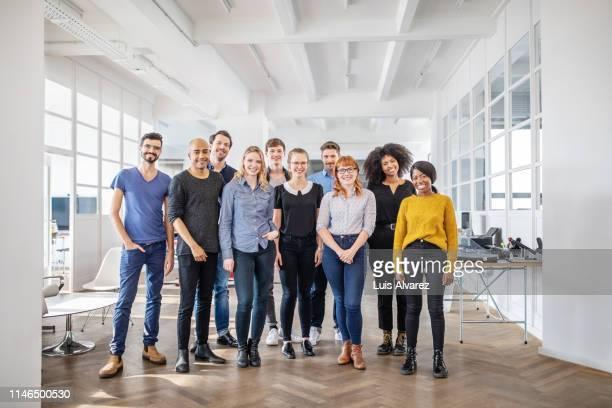 portrait of successful business team - standing photos et images de collection